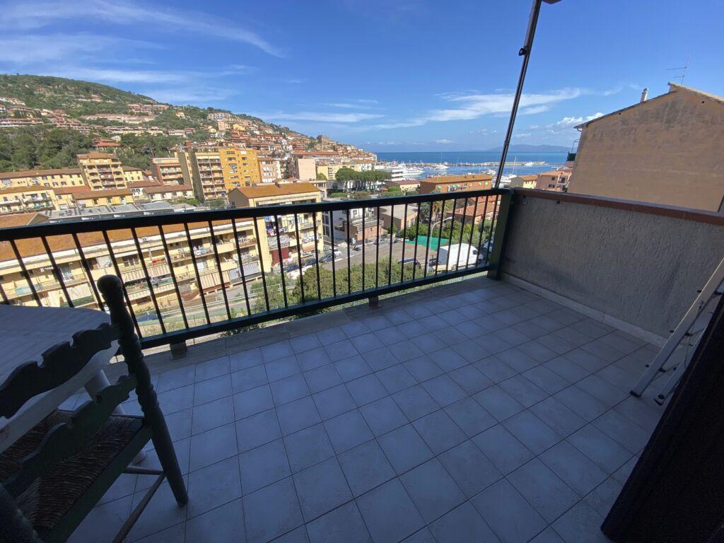 Porto S. Stefano appartamento con terrazzo e due posti auto