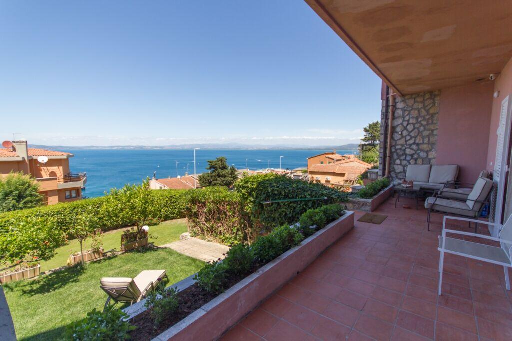Porto S. Stefano appartamento recentemente ristrutturato con giardino e posto auto privato