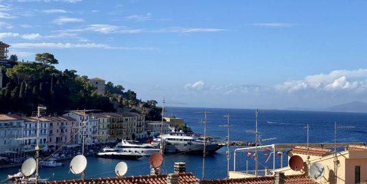 Porto S. Stefano, Appartamento nel centro storico con caratteristico terrazzino vista mare.